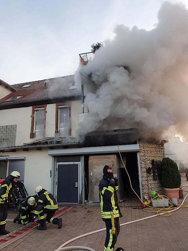 Gebäudebrand in Edenkoben (Foto: Presseteam Feuerwehr Verbandsgemeinde Edenkoben)