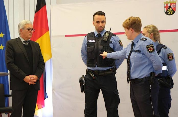 Innenminister Roger Lewentz stellt neue Generation der Polizei-Schutzweste vor (Foto: Innenministerium RLP)