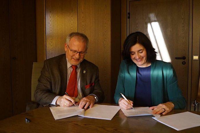 Landrat Hans-Ulrich Ihlenfeld und Anja Genetsch, Abteilungsleiterin Vertrieb Kommunen Inexio. (Foto: Kreisverwaltung Bad Dürkheim)