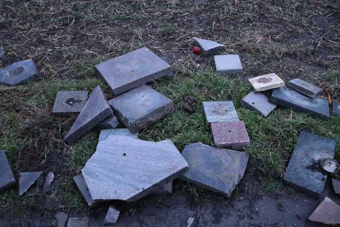 Die am Feldweg entsorgten Grabplatten vom Geinsheimer Friedhof