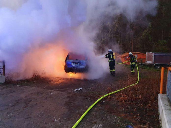 Die Feuerwehr löschte den brennenden PKW (Foto: Presseteam der Feuerwehr VG Lambrecht)
