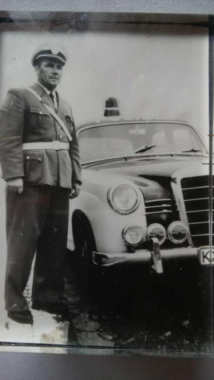 Otto Orbach vor einem Dienst-Kfz-1