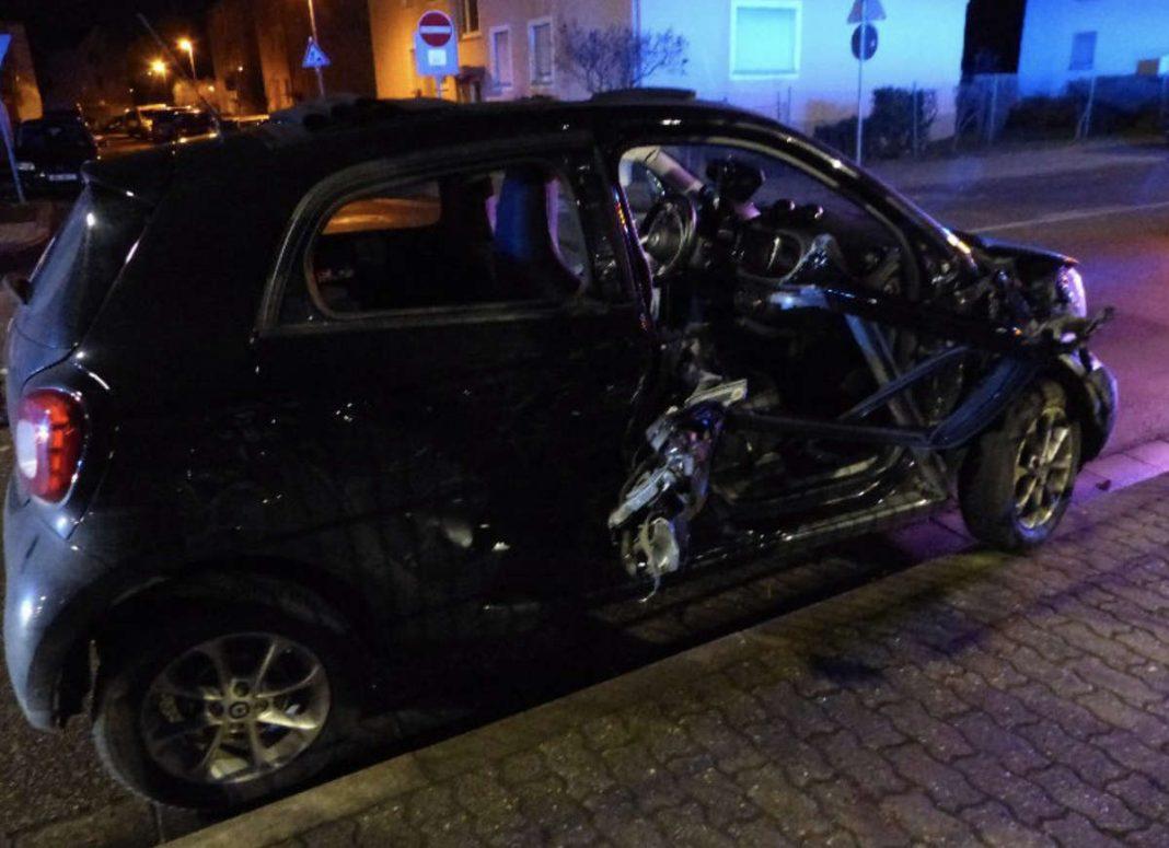 Der PKW wurde beschädigt, die Insassen verletzt (Foto: Feuerwehr Neustadt)
