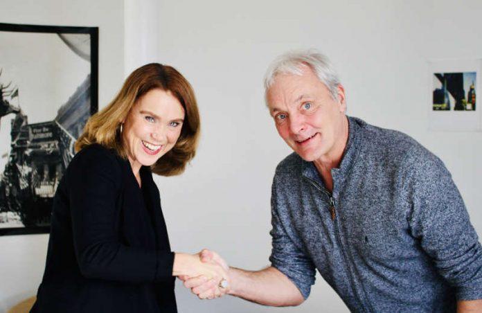 Staatssekretärin Petra Olschowski gratuliert Prof. Thomas Schadt zu seiner vierten Amtszeit. Die Vertragsunterzeichnung fand heute an der Filmakademie Baden-Württemberg statt. (Foto: Filmakademie BW)