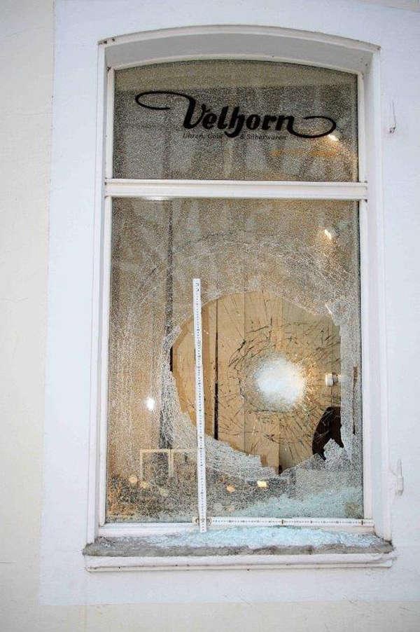 Die zertrümmerten Teile einer der Sicherheitsglasscheiben (Foto: Polizei RLP)