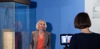 """Kuratorin Dr. Gabriele Pieke bei Video-Aufnahmen in der Sonderausstellung """"Yesterday - Tomorrow"""". (Quelle: rem, Foto: Maria Schumann)"""