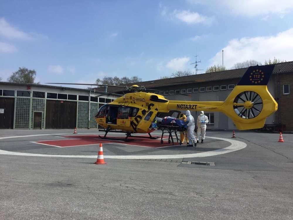 """Corona-Spezialeinsatz unter Vollschutz: """"Christoph 112"""" bei seinem ersten Verlegungstransport eines COVID-19-Patienten von Koblenz nach Solingen. (Quelle: ADAC Luftrettung)"""