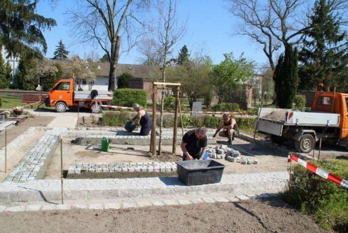Mitarbeiter des Bauhofes gestalten das neue Grabfeld (Foto: Gemeindeverwaltung Haßloch)
