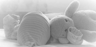 Symbolbild, Baby, Säugling, schläft, mit Stofftier, alles hellgrau © Mylene2401 on Pixabay