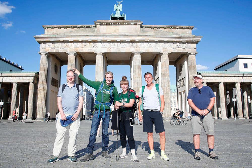 Laura und Meik kommen in Berlin an, nach ihrer Wanderung von 750 Kilometer fuer die Kultur quer durch Deutschland, Kulturkilometer, zum Erhalt der Theaterlandschaft nach Corona-Krise, am Brandenburger Tor, und am Admiralspalast (Foto: DAVIDS/Sven Darmer)