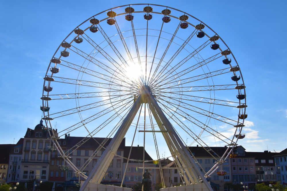 """Das neue """"Landau Eye"""" auf dem Rathausplatz in der Morgensonne. (Foto: Stadt Landau)"""