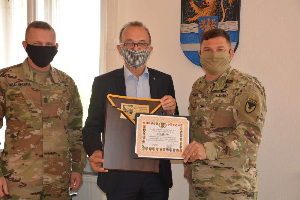 Command Sgt. Major Brett Waterhouse, Landrat Dr. Fritz Brechtel, Colonel Jason T. Edwards. (Foto: Kreisverwaltung Germersheim)