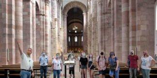 Domführung mit Maske – Domführer Franz Dudenhöffer bei einer öffentlichen Führung durch die Kathedrale (Quelle: Domkapitel Speyer / Foto: Klaus Landry)