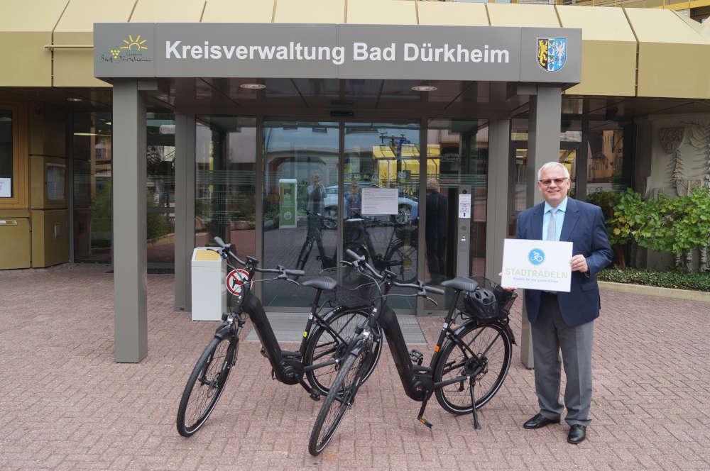 Landrat Hans-Ulrich Ihlenfeld mit den beiden E-Bikes (Foto: Kreisverwaltung Bad Dürkheim)