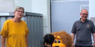 Zusammen mit Maskottchen Leo vom Lions Club starteten Gabriela Plohmann, Karlsruher Tafel e.V. und Tobias Höltzel, Lions Club Karlsruhe-Schloss die Schulranzen-Aktion 2020 (Foto: Lions Club Karlsruhe-Schloss)