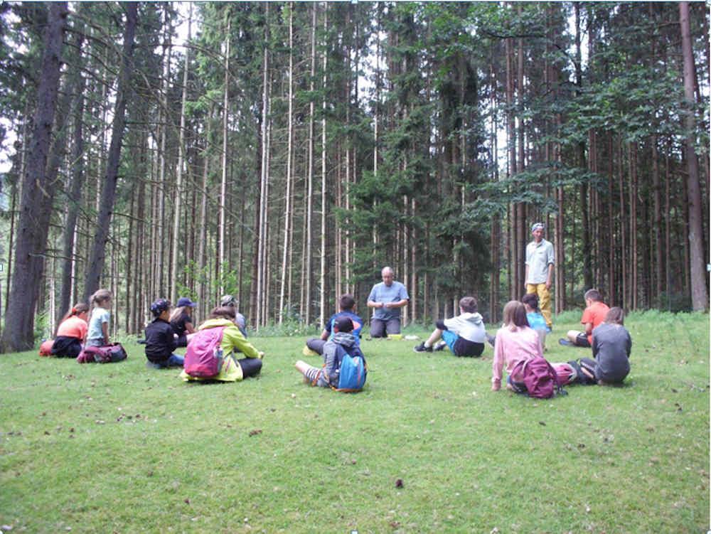 Die Kinder und die beiden Trainer im Wald: Erkennen und Nachahmen von Tierstimmen (Foto: Kreisverwaltung Südliche Weinstraße)
