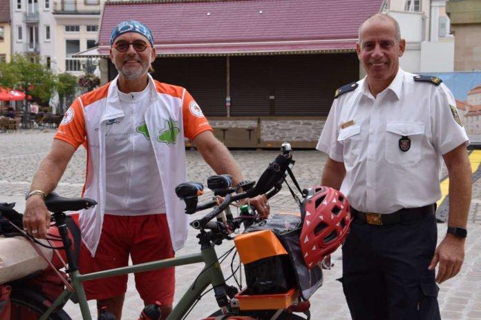 Jörg Richter (l.) gemeinsam mit Stadtfeuerwehrinspekteur Dirk Hargesheimer beim Stopp der Benefiz-Radtour in Landau. (Quelle: Stadt Landau)