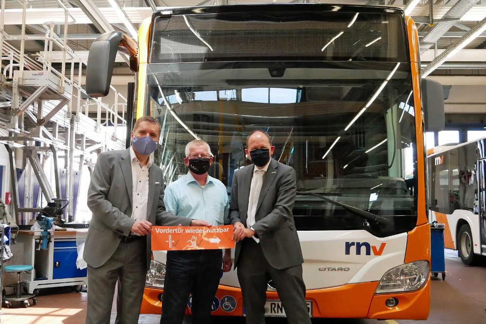 Martin in der Beek, Technischer Geschäftsführer der rnv, Ulrich Sommer, stellvertretender Leiter der Abteilung Kraftfahrzeuge (FZ2), und Christian Specht, Betriebsratsvorsitzender der rnv, vor einem zuvor nachgerüsteten Bus. (Foto: rnv GmbH)