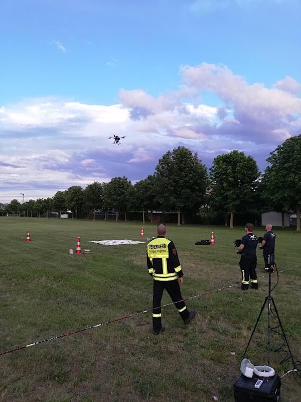 Vorführung der Drohne bei der Wehrleiter-Dienstbesprechung im Juni in Offenbach. (Foto: Kreisverwaltung Südliche Weinstraße)
