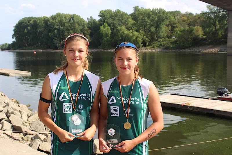 Bild mit Medaille: rechts Jette Brucker, daneben Pia Zocher (Foto: Martina Tirolf)