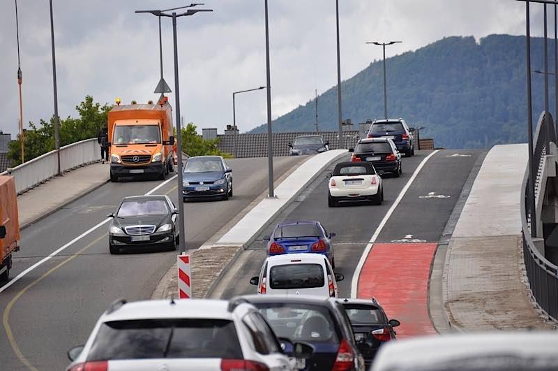 Rund zwei Jahre nach Beginn des Abrisses und des Neubaus der nördlichen Horstbrücke in Landau wurde jetzt der neue Brückenteil für den Verkehr freigegeben. (Quelle: Dirk Hargesheimer)