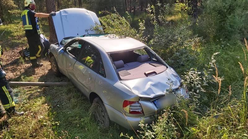 Ein Pkw-Fahrer geriet auf gerader Strecke auf das Bankett, schleuderte und überschlug sich anschließend im Straßengraben, wo er auf dem Dach liegen blieb. (Foto: Feuerwehr Haßloch)