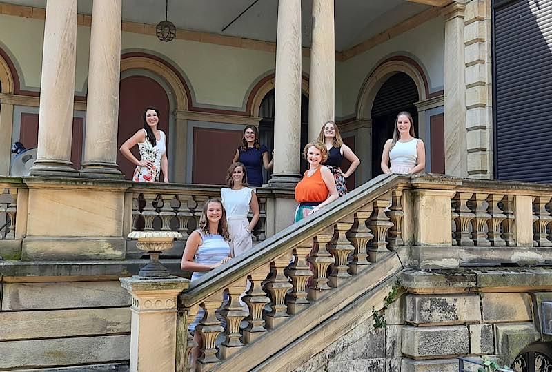 Gruppenfoto vor der Villa Böhm (Foto: Carola Schmitt / Deutsches Weininstitut)