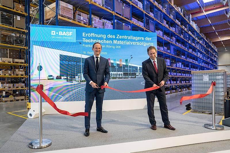 Gemeinsam mit dem Frankenthaler Oberbürgermeister Martin Hebich (rechts) eröffnete Werksleiter Dr. Uwe Liebelt das neue Technische Materiallager. (Foto: BASF 2020)