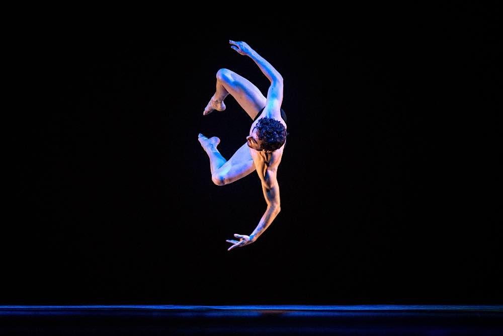 """Beim magischen Tanztheater """"Blu Infiniti"""" gibt es kein Oben und kein Unten, anstelle der Schwerkraft regiert wunderbare Leichtigkeit. (Foto: Clarissa Lambert)"""