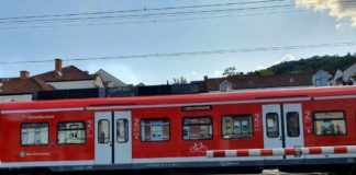 Symbolbild Zug Bahnübergang (Foto: Holger Knecht)