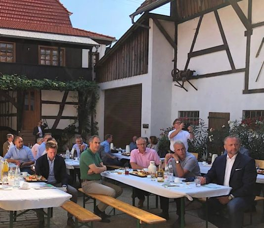 Landrat Dietmar Seefeldt beim Hofgespräch auf dem Betrieb des Landwirts Stefan Bohlender. (Bild: Thomas Knecht)