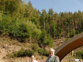 Feiern die neue Biosphärenreservats-Verordnung: Umweltministerin Ulrike Höfken und Bezirkstagsvorsitzender Theo Wieder(Foto: Bezirksverband Pfalz)