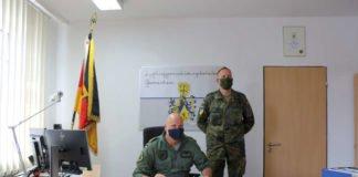 Inspekteur trägt sich in das Gästebuch des Bataillons ein (Foto: Bundeswehr/Frank Wiedermann)