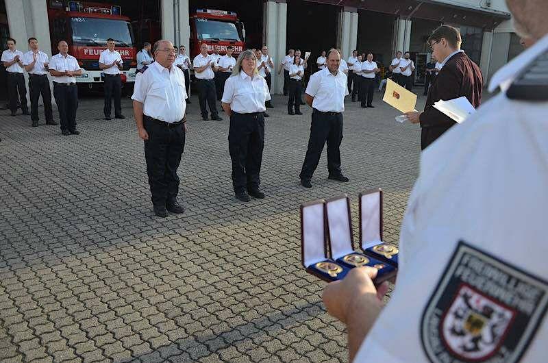 Oberbürgermeister Hirsch überreicht langjährigen Mitgliedern der Freiwilligen Feuerwehr Landau die Feuerwehrehrenzeichen des Landes Rheinland-Pfalz. (Foto: Stadt Landau in der Pfalz)