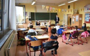 Bürgermeister Dr. Maximilian Ingenthron erkundigt sich bei den Drittklässlerinnen und -klässlern, was sie in der Herbstschule gelernt haben. (Quelle: Stadt Landau)