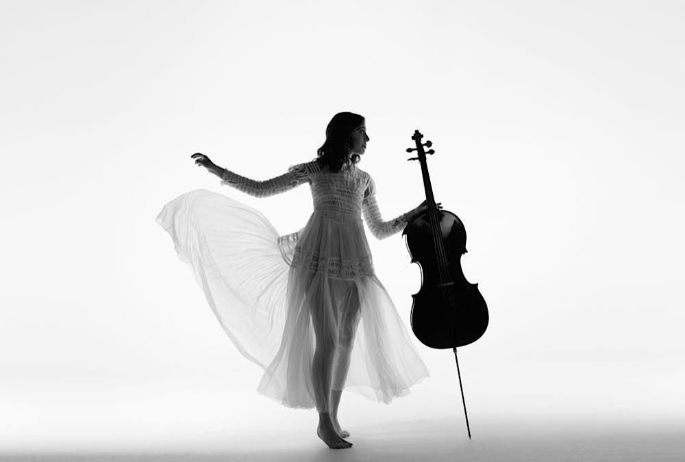 Die franko-belgische Cellistin Camille Thomas ist der Star des Gastspiels der Staatsphilharmonie in Landau. (Foto: Sonia Sieff)