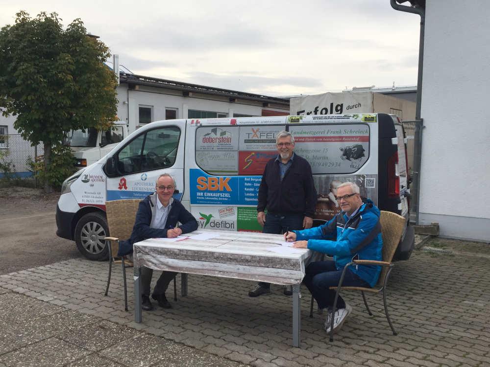 Erster Beigeordneter Eberhard Frankmann, der Leiter des Bürgerbusteams Karl Nichterlein und der erste Vorsitzende der Tafel, Lothar Heine. (Foto: Ivonne Trauth)
