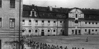 """Arbeitshaus Rebdorf bei Eichstätt, in das u. a. angebliche """"Asoziale"""" aus Neustadt verbracht wurden, 1940. Gang zum Appellplatz. (Aus: Privatbesitz Eichstät)"""