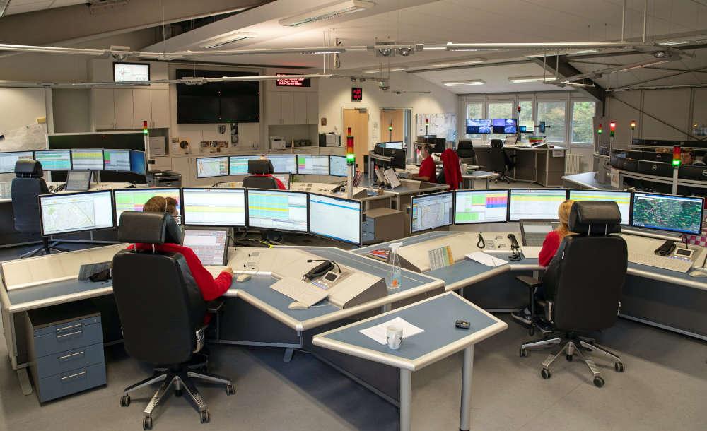 Disponentinnen und Disponenten der Integrierten Leitstelle in Ladenburg bei der Arbeit (Foto: Landratsamt Rhein-Neckar-Kreis)