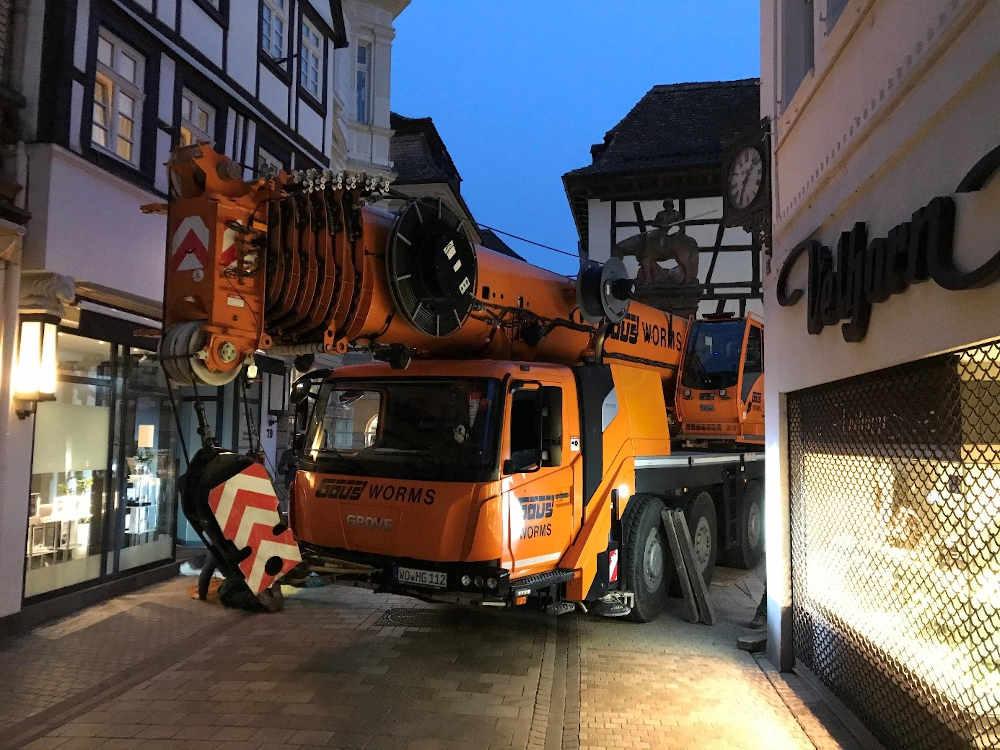 Ein Autodrehkran wurde aufgestellt (Foto: Stadtverwaltung Neustadt)