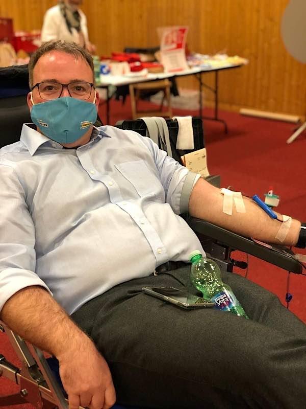 Der neu gewählte Bürgermeister Tobias Meyer unterstützt die Blutspendeaktion des DRK zum ersten Mal. (Foto: DRK)