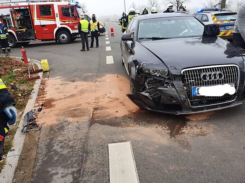 Verkehrsunfall in der Füllergasse/Westrandstraße (Foto: Feuerwehr Haßloch)
