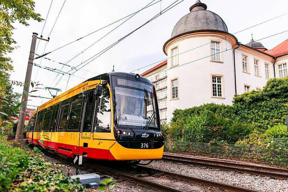 Um ihr Mobilitätsangebot für die Fahrgäste weiter zu optimieren, drehen auch die Verkehrsun- ternehmen in der Region zum großen Fahrplanwechsel am 13. Dezember an vielen großen und kleinen Stellschrauben im Bus- und Bahnverkehr (Foto: Paul Gärtner/KVV)
