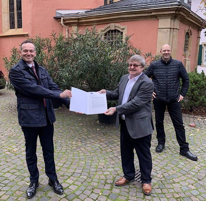 Volker Wissing, Stadtbgm. Manfred Dörr, im Hintergrund Geschäftsführer des Tourist Service Deidesheim Stefan Wemhoener. (Foto: Wirtschaftsministerium RLP)