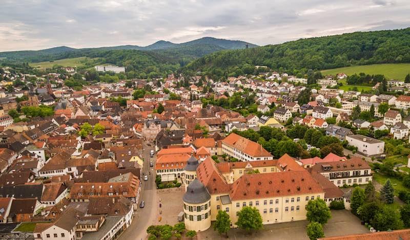 """Für eine nachhaltige Entwicklung von Kommunen im Pfälzerwald: das Projekt """"Pfälzerwald: SDG-Modellregion für ein nachhaltiges Rheinland-Pfalz"""" des Biosphärenreservats, hier der Blick auf die Modellkommune Bad Bergzabern (Foto: Dominik Ketz)"""