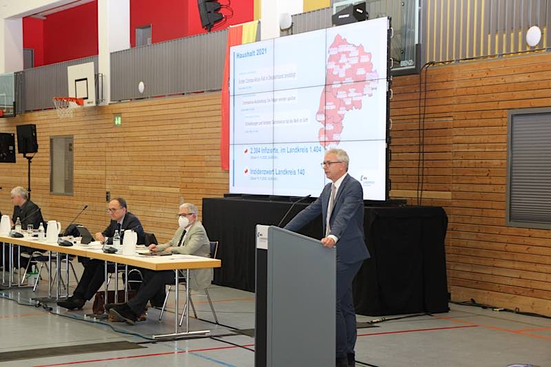 Im Hallensportzentrum in Bretten brachte Landrat Dr. Christoph Schnaudigel den Kreishaushalt 2021 ein. (Foto: Landratsamt Karlsruhe)