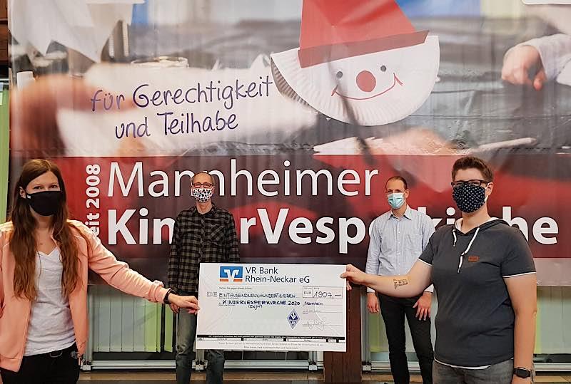 Überreichung der Spende (Foto: SVW Mannheim)