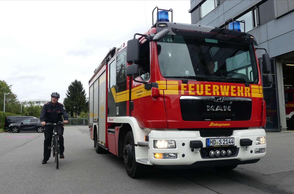 Im toten Winkel: In dieser Situation kann der Radfahrer vom Fahrer des Löschfahrzeuges LF 20 im Rückspiegel nicht gesehen werden. (Foto: Feuerwehr Heidelberg)
