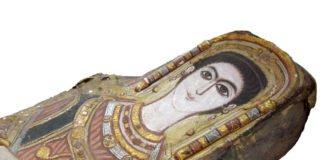 Mumie einer Frau mit stuckiertem Mumientuch und Mumienporträt am Ägyptischen Museum, Kairo. (Foto: I. Badr)