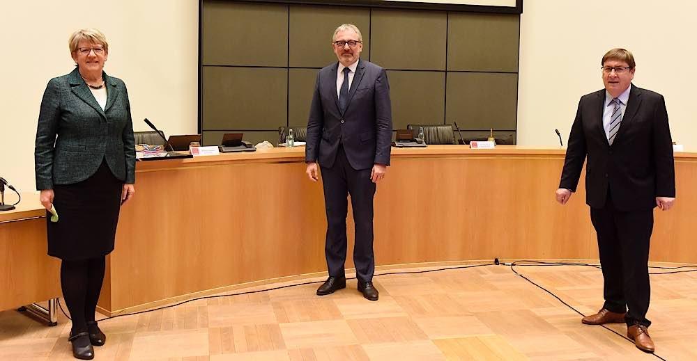 Oberbürgermeister Dr. Peter Kurz überreicht Entlassungsurkunde im Gemeinderat (Quelle: Stadt Mannheim, Foto: Thomas Tröster)